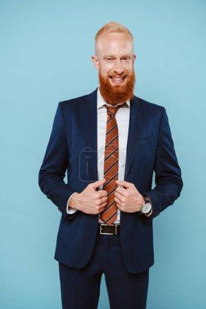 Foto de Hombre de negocios barbudo feliz en traje, aislado en azul - Imagen libre de derechos