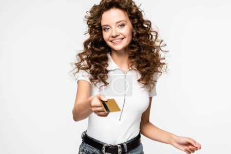 Photo pour Souriant fille bouclée tenant carte de crédit, isolé sur blanc - image libre de droit