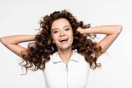Photo pour Belle fille bouclée et souriante en t-shirt blanc, isolée sur blanc - image libre de droit