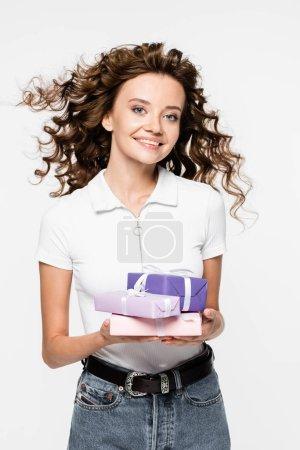 attraktive lächelnde lockige Mädchen mit Geschenken, isoliert auf weiß