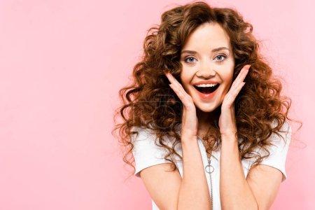 Foto de Hermosa chica excitada de maldad, aislada en rosa - Imagen libre de derechos