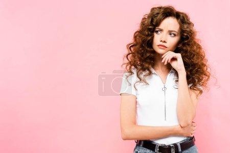 Photo pour Belle fille coriace pensive, isolée sur rose - image libre de droit