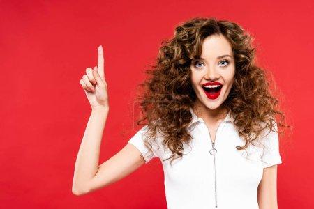 Photo pour Excité belle fille courbée pointant isolé sur rouge - image libre de droit