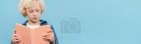 Photo pour Plan panoramique de livre de lecture blond et mignon enfant isolé sur bleu - image libre de droit