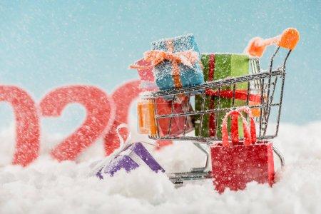 Foto de Selective focus of christmas gift boxes in shopping cart - Imagen libre de derechos