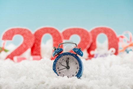 Foto de Selective focus of alarm clock and numbers 2020 on background - Imagen libre de derechos