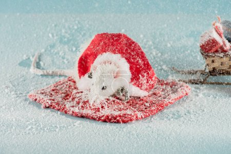 Foto de Rat in costume and wicker sled with gift boxes in New Year - Imagen libre de derechos