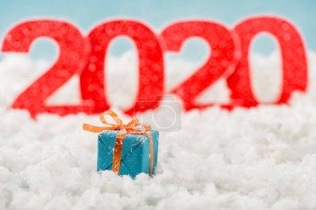 Foto de Selective focus of christmas gift box and numbers 2020 on background - Imagen libre de derechos