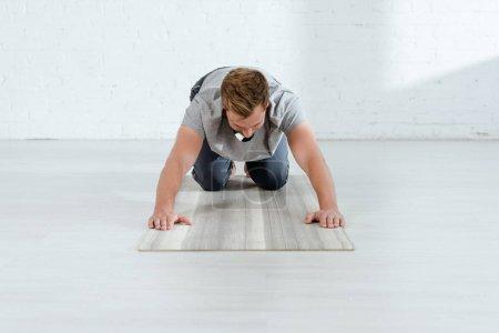 Photo pour Yoga en planche sur les genoux pose - image libre de droit