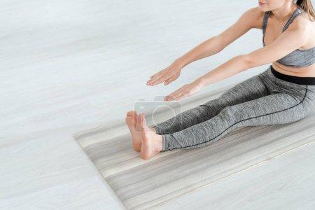 Photo pour Crochet vue d'une jeune femme pratiquant le yoga en pose coudée vers l'avant - image libre de droit