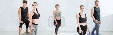 Photo pour Photo panoramique de cinq jeunes pratiquant le yoga en croissant lunge - image libre de droit