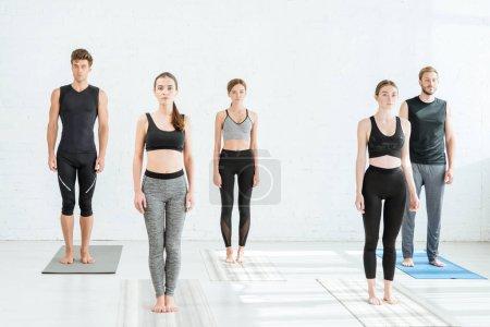 Photo pour 5 jeunes pratiquant le yoga en pose de montagne - image libre de droit