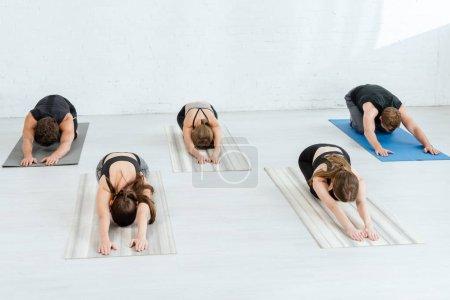 Photo pour 5 jeunes pratiquant le yoga chez des enfants étendus posent - image libre de droit