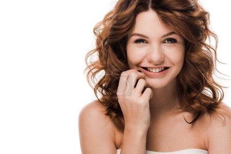 Photo pour Une jeune fille joyeuse et frisée, le visage souriant et touchant, isolée sur - image libre de droit