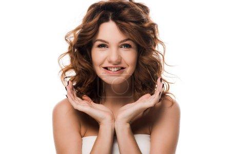 Photo pour Positive curly fille regardant la caméra isolée sur blanc - image libre de droit
