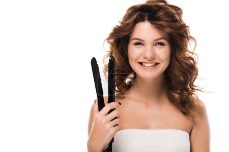 Photo pour Heureuse fille bouclée tenant fer à cheveux isolé sur blanc - image libre de droit