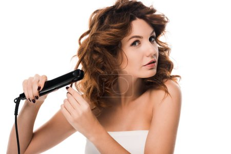 Photo pour Belle femme bouclée utilisant un défriseur isolé sur blanc - image libre de droit