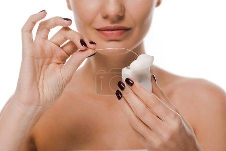 Photo pour Vue recadrée de femme nue tenant fil dentaire isolé sur blanc - image libre de droit