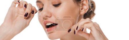 Photo pour Prise de vue panoramique de jolies dents de soie dentaire femme isolées sur blanc - image libre de droit