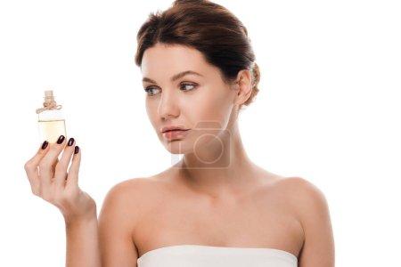 Photo pour Attrayant femme regardant bouteille en verre avec de l'huile isolée sur blanc - image libre de droit