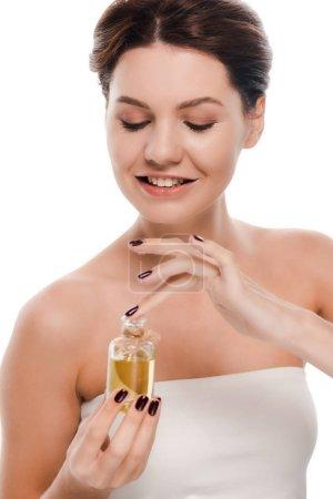 Photo pour Femme gaie regardant bouteille avec de l'huile isolée sur blanc - image libre de droit