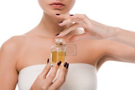 Photo pour Vue recadrée de femme tenant bouteille avec de l'huile isolée sur blanc - image libre de droit