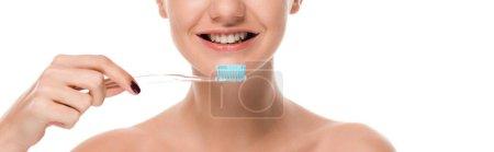 Photo pour Plan panoramique de femme nue souriant tout en tenant la brosse à dents isolée sur blanc - image libre de droit