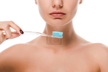 Photo pour Vue recadrée de jeune femme nue tenant une brosse à dents isolée sur blanc - image libre de droit