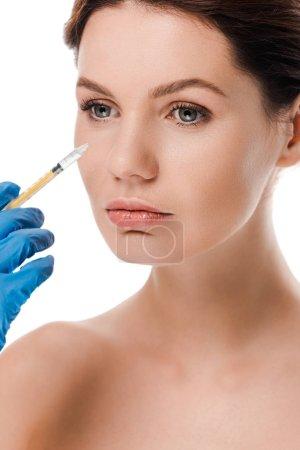 Photo pour Crochet vue d'un chirurgien en plastique dans un gant en latex seringue près d'une jolie fille nue isolée sur blanc - image libre de droit