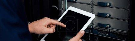 Photo pour Photo panoramique de l'homme pointant du doigt vers la tablette numérique avec écran vierge - image libre de droit