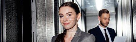 Photo pour Photo panoramique d'une femme d'affaires joyeuse près d'un homme d'affaires dans une cartouche de données - image libre de droit