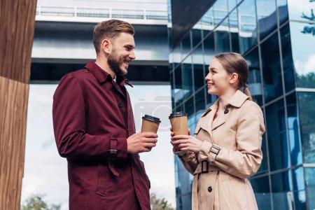 Photo pour Attrayant femme regardant bel homme avec du café à emporter - image libre de droit