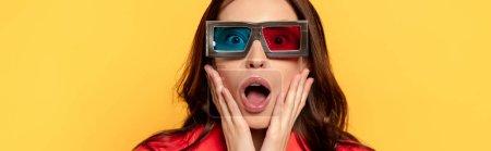 Photo pour En-tête de site de femme surprise dans des lunettes 3D isolées sur jaune - image libre de droit