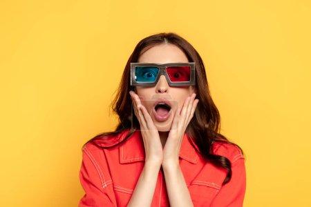 Photo pour Surpris jeune femme en 3d lunettes isolées sur jaune - image libre de droit