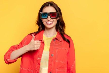 boldog fiatal nő 3D-s szemüvegben mutatja hüvelykujját elszigetelt sárga