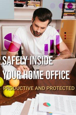 Selektive Fokussierung schöner Freiberufler mit Laptop und Schreiben auf Papier in der Nähe von Früchten auf dem Tisch, Illustration im Home Office