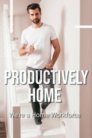 Photo pour Beau homme tenant une tasse de café et regardant la caméra sur l'escalier à la maison, illustration de la maison productive - image libre de droit