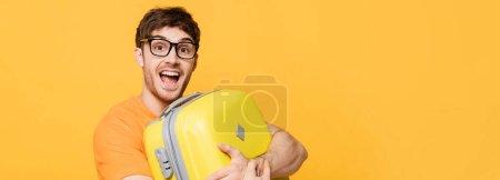 fröhliche männliche Touristen mit Koffer für den Sommerurlaub auf gelb, Website-Header