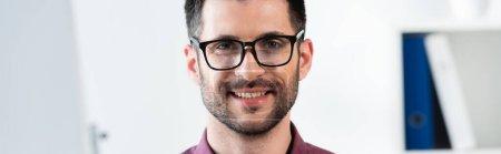 Photo pour Portrait de jeune homme d'affaires séduisant aux lunettes souriant à la caméra, concept horizontal - image libre de droit