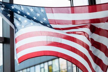 Photo pour Drapeau américain près de la fenêtre dans le salon - image libre de droit