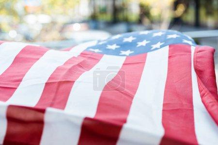 Photo pour Concentration sélective du drapeau américain à l'extérieur à la lumière du jour - image libre de droit