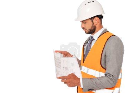 Photo pour Ingénieur en casque de sécurité et costume regardant le plan isolé sur blanc - image libre de droit