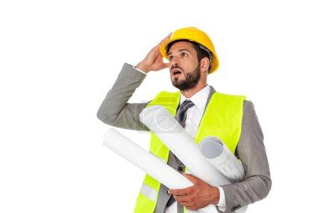 Photo pour Ingénieur choqué en costume tenant des plans et regardant loin isolé sur blanc - image libre de droit