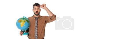 Photo pour Vue panoramique de l'enseignant choqué tenant lunettes et globe isolé sur blanc - image libre de droit