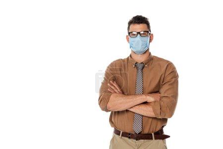 Photo pour Professeur en masque médical avec bras croisés regardant la caméra isolée sur blanc - image libre de droit