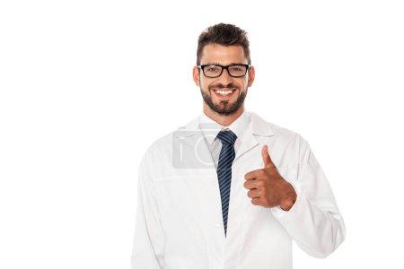 Photo pour Médecin souriant en manteau blanc montrant pouce vers le haut isolé sur blanc - image libre de droit