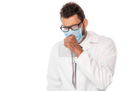 Photo pour Médecin malade dans le masque médical toux isolé sur blanc - image libre de droit