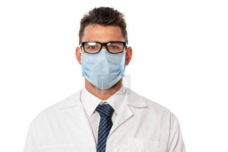 Photo pour Docteur en masque médical et lunettes regardant la caméra isolée sur blanc - image libre de droit
