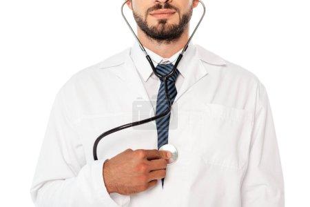 Photo pour Vue recadrée du médecin tenant le stéthoscope près de la poitrine isolé sur blanc - image libre de droit