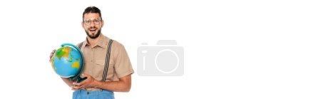 Foto de Imagen horizontal de nerd positivo en tirantes sosteniendo globo aislado en blanco - Imagen libre de derechos
